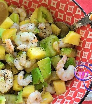 Insalata esotica di gamberetti, avocado e ananas