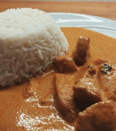 Zuppa thailandese di massaman curry con pollo