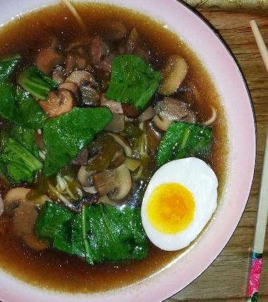 Pak choi zuppa con champignon e manzo