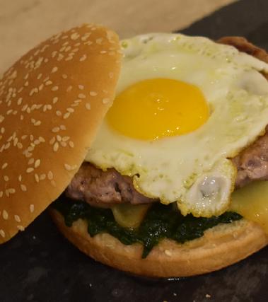 Hamburger con uovo, caciotta e spinaci
