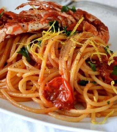 Spaghetti con scampi e pomodorini e limone