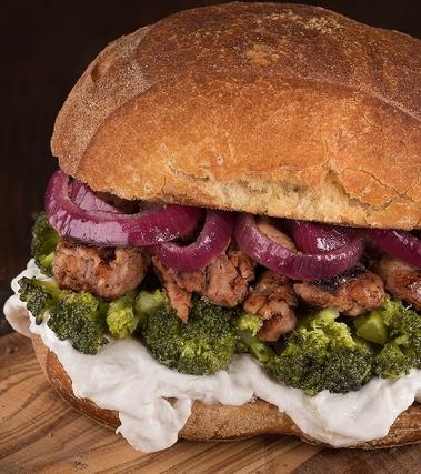 Panino con salsiccia e broccoli