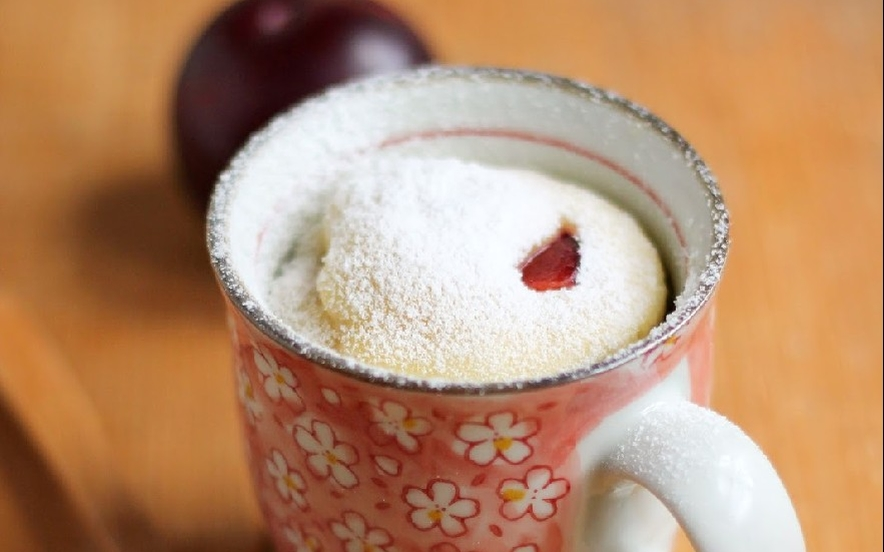 Mug cake con ricotta e prugne