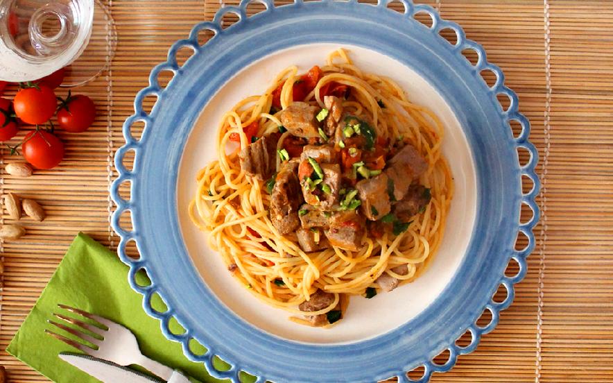 Spaghetti con tonno, pomodorini e pistacchi