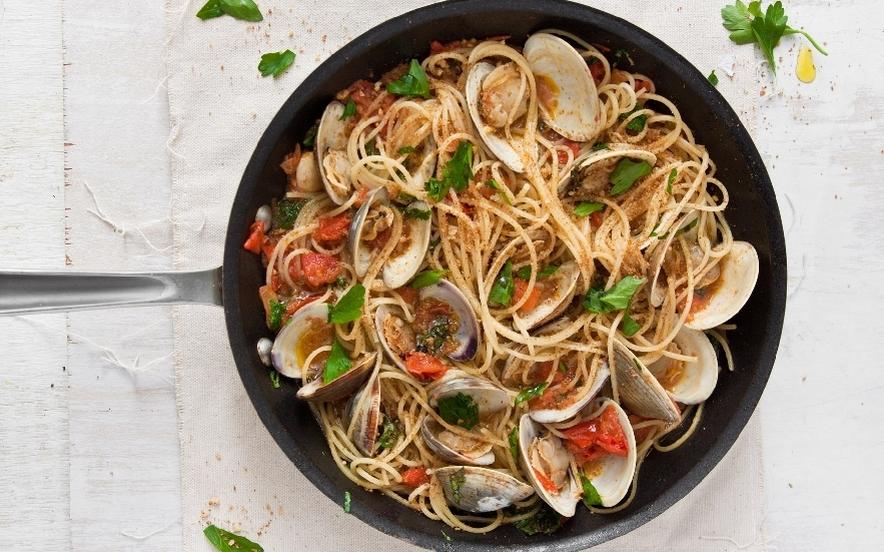 Spaghettini alle vongole con bottarga