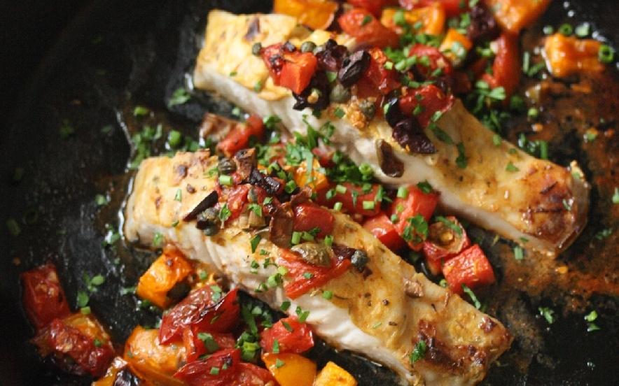 Filetti di spigola con pomodori, olive e capperi