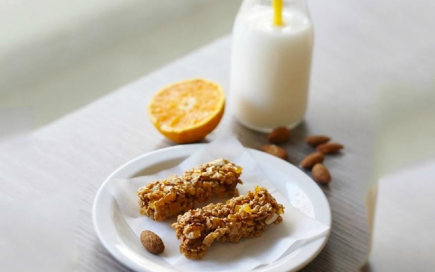 Barrette ai cereali, mandorle e arancia