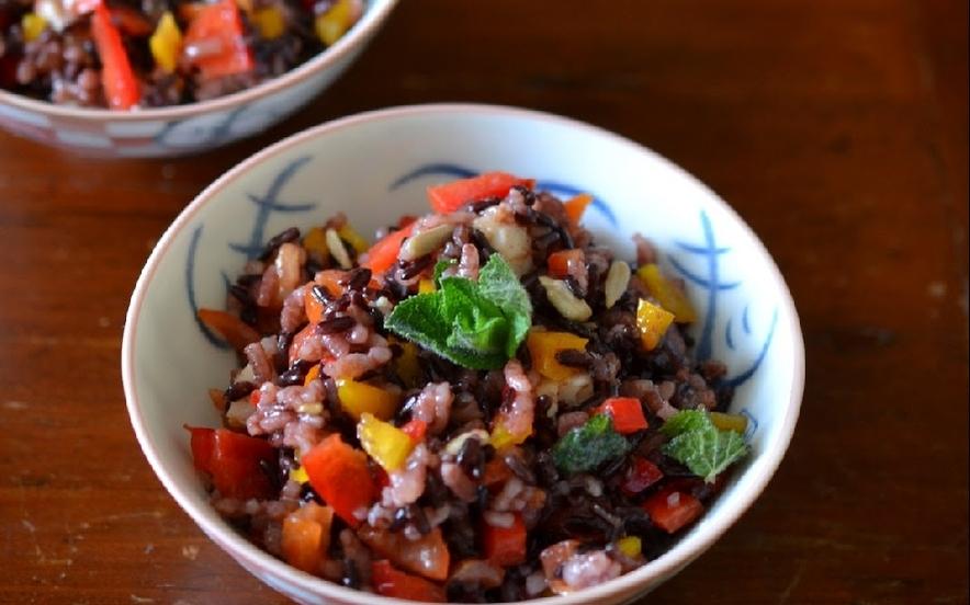 Insalata di riso venere, gamberi, peperoni e menta
