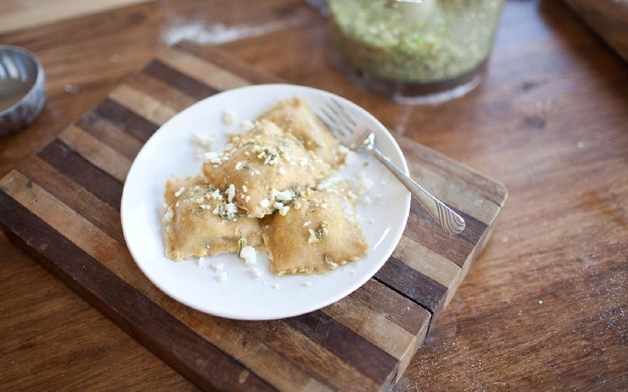 Ravioli ripieni di verdure, noci e gorgonzola