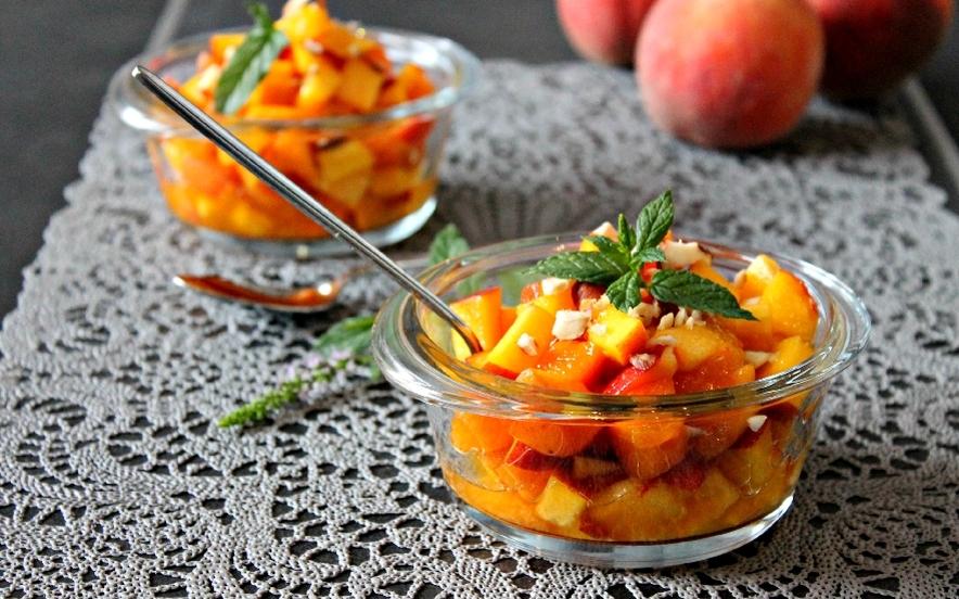 Insalata di frutta con nocciole e di Saronno