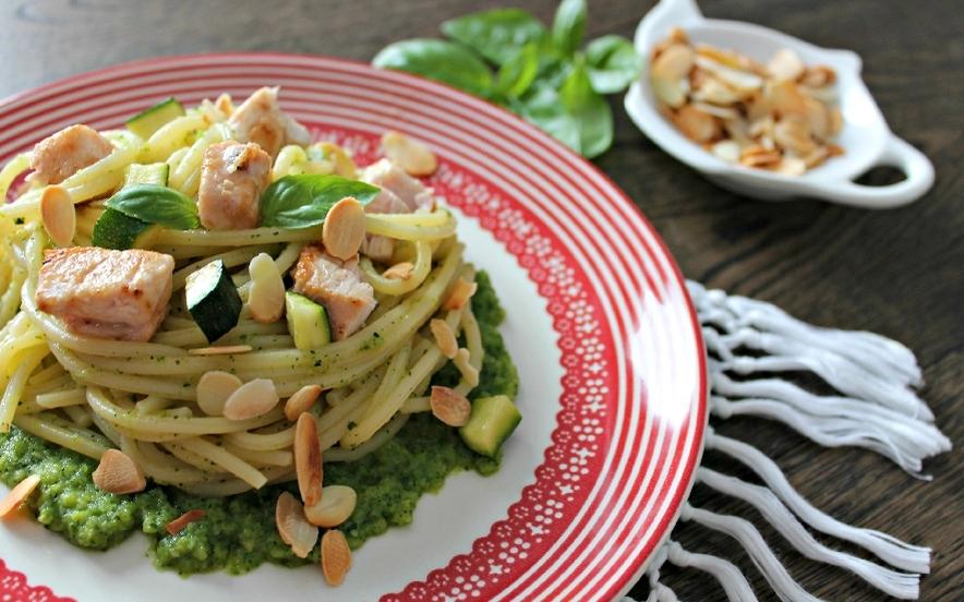 Spaghetti con pesce spada, mandorle e pesto
