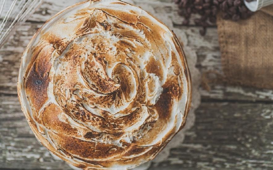Torta con ganache al cioccolato e meringa