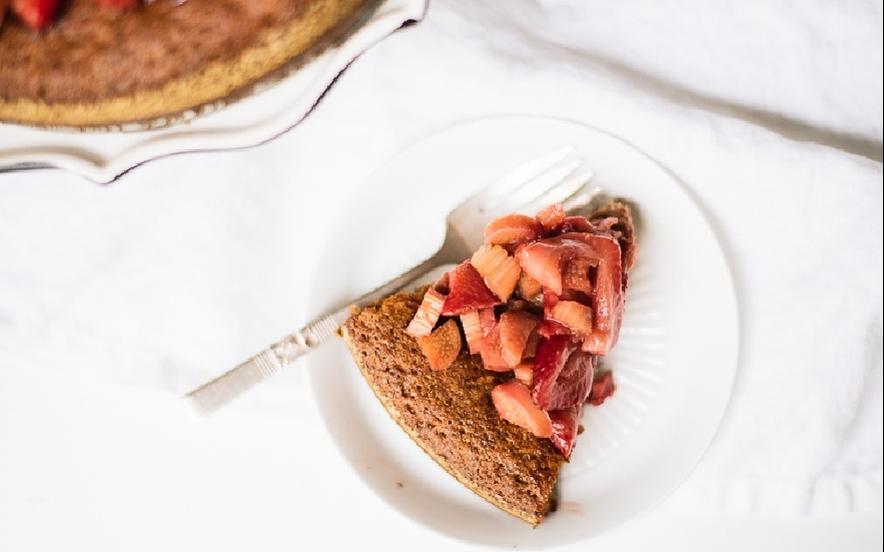 Torta di mandorle ricoperta di fragole e rabarbaro