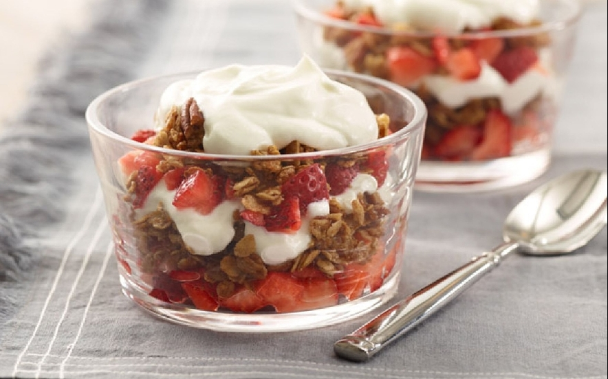 Yogurt con granola e fragole
