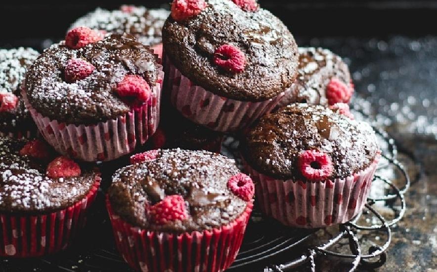 Muffin al farro con pezzi di cioccolato e lamponi