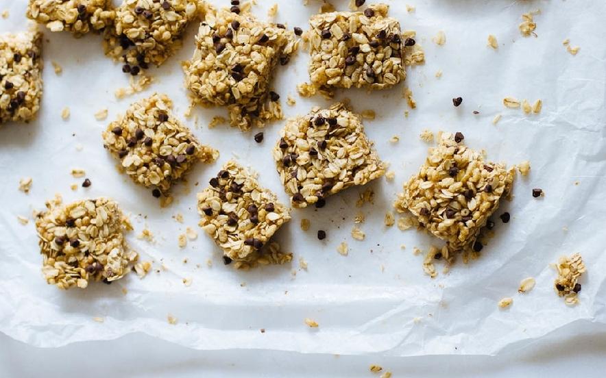 Dolcetti di granola con gocce di cioccolato