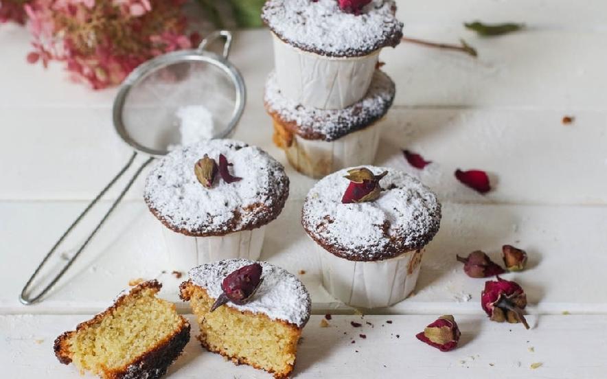 Muffin di polenta alle rose e cardamomo