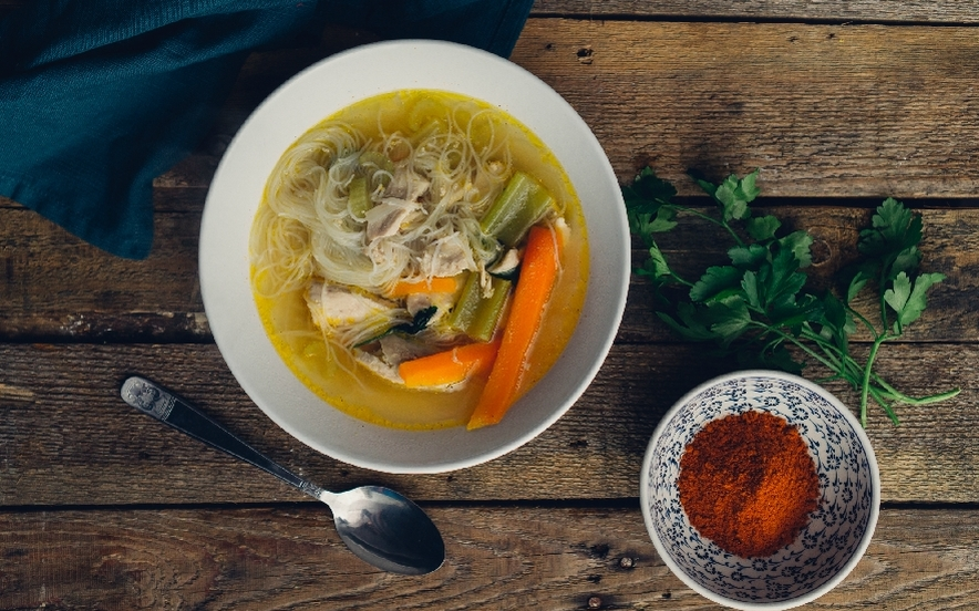 Zuppa di noodles al pollo