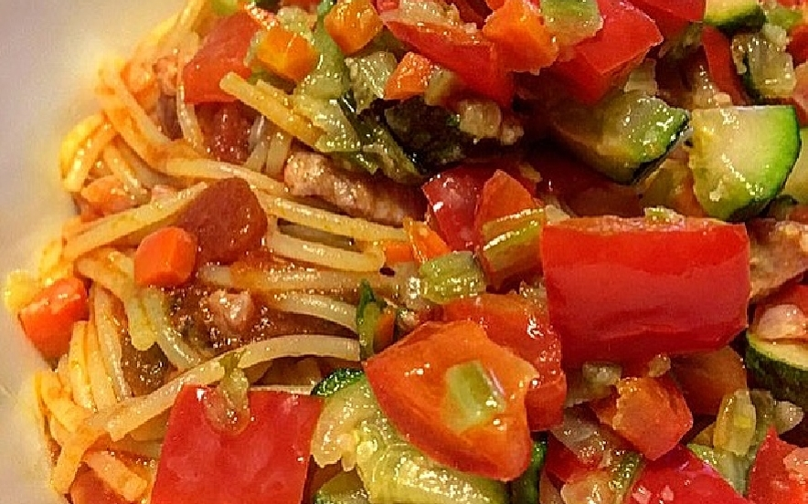 Spaghetti all'amatriciana con verdure