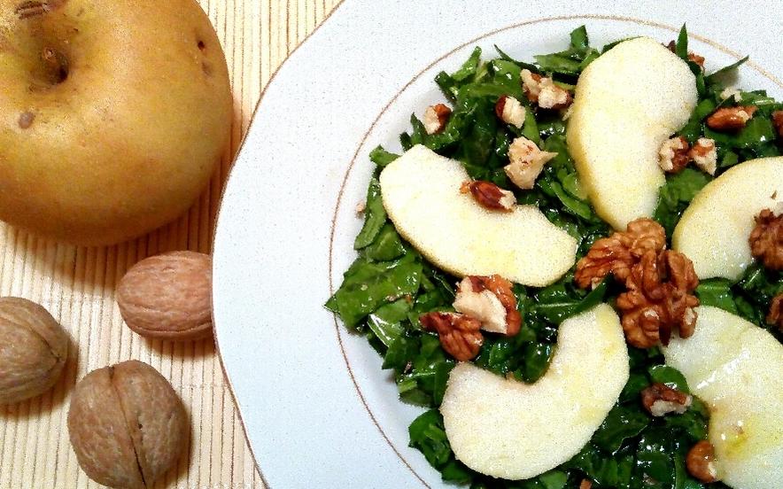 Insalata di spinaci, mela e noci alla senape