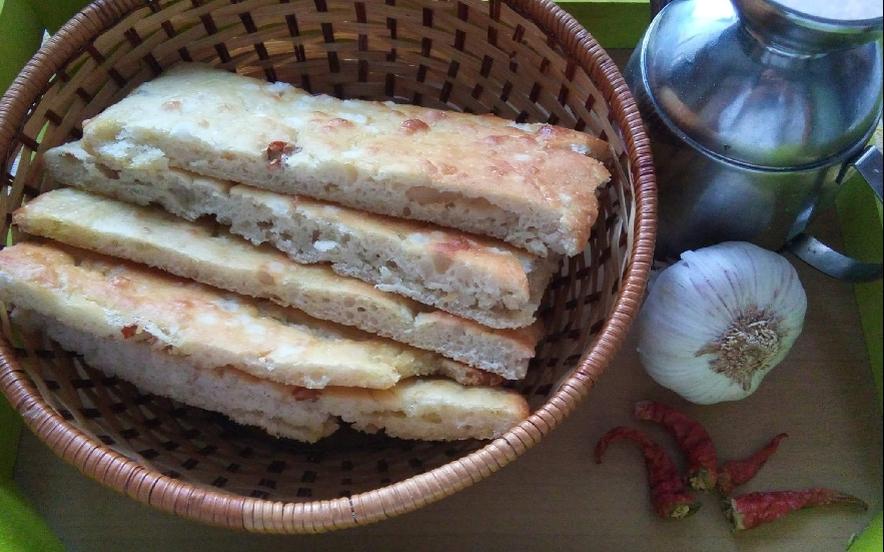 Focaccia agliata e piccante