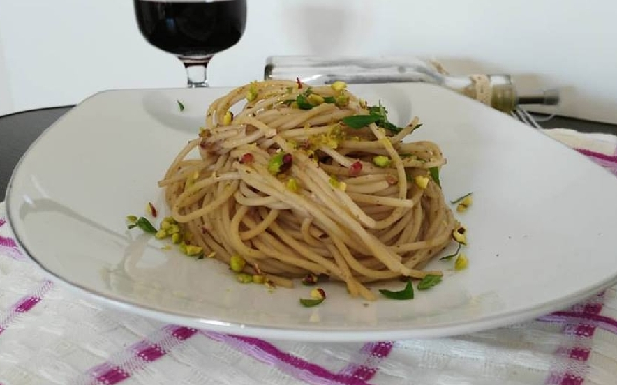 Spaghetti al vino rosso e pistacchi