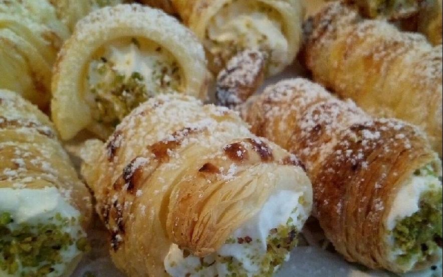 Cannolini  con chantilly e granella di pistacchio