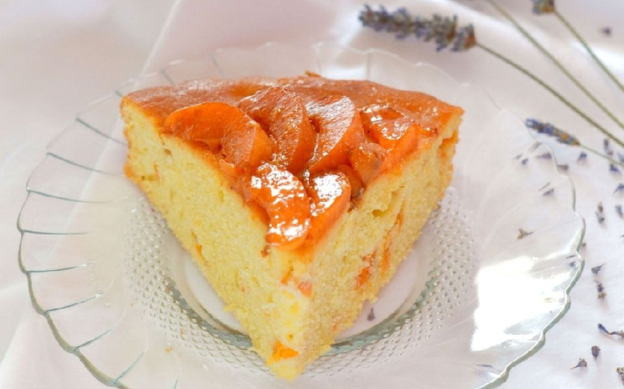 Torta soffice di semola con yogurt e albicocche