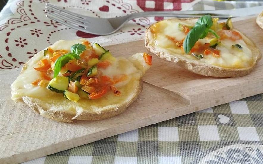 Pizzette di patate con verdurine e scamorza
