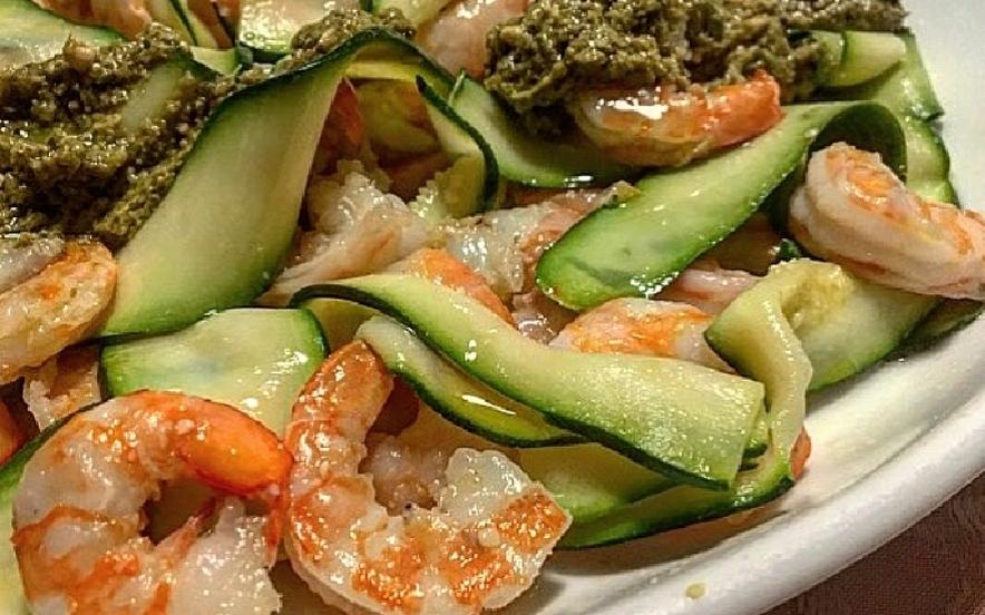 Insalata di gamberi e zucchine al pesto
