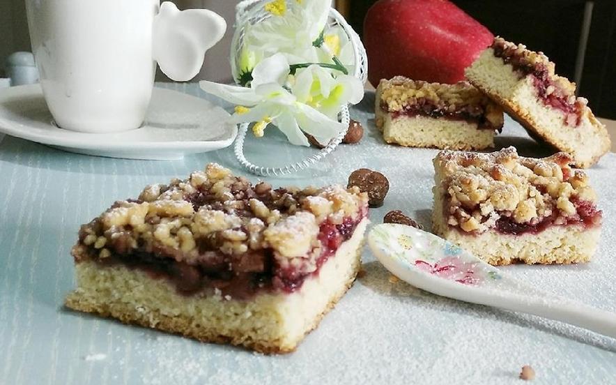 Sbriciolata di marmellata, mele e nocciole