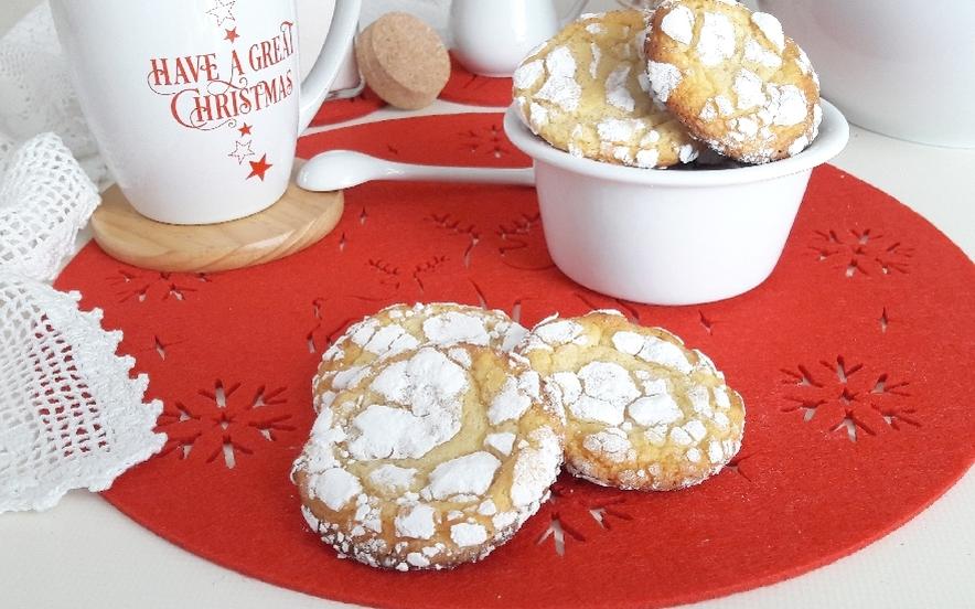 Crinkle white chocolate cookies