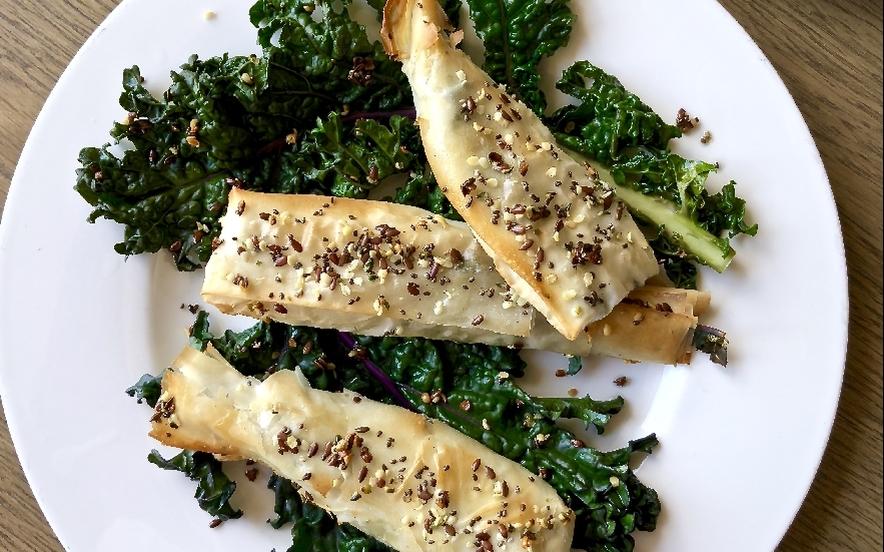 Pesciolini di pastafillo, sgombro, olive e kale