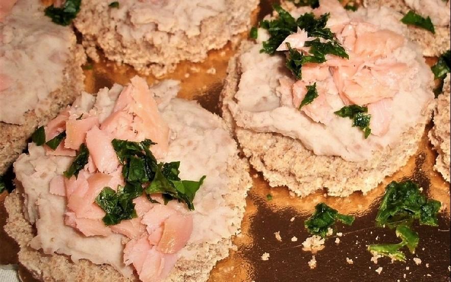 Crostino integrale con crema di fagioli e trota