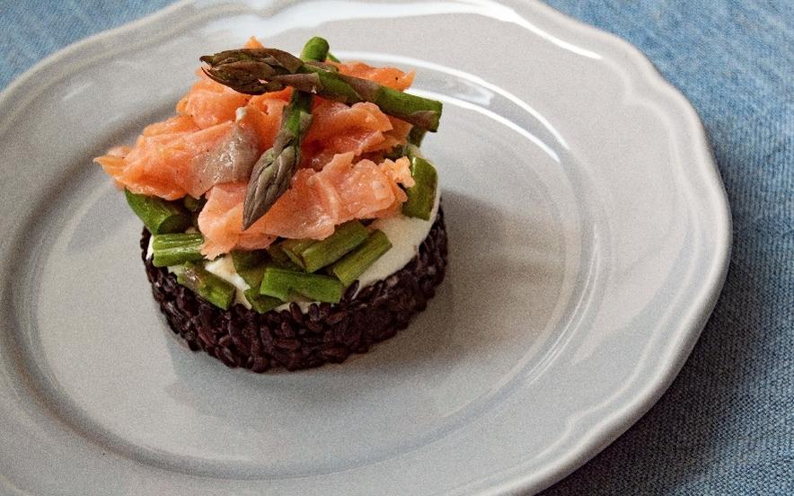 Tartare di riso nero, salmone, robiola e asparagi