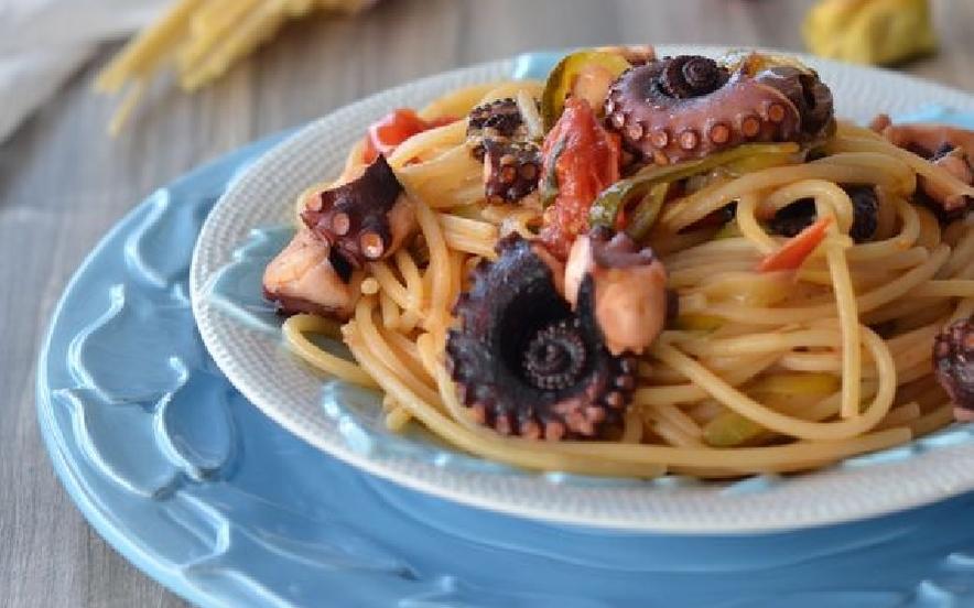 Spaghetti con pomodorini polpo e zucchine
