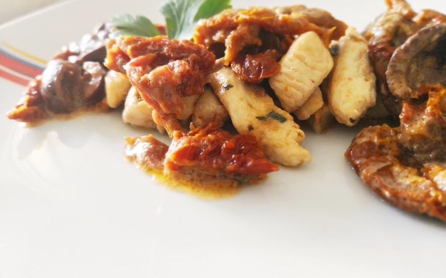 Pollo con pomodori secchi e olive nere