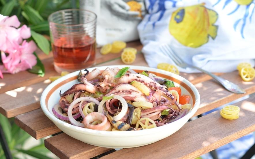 Rotelle con calamari melanzane grigliate e cipolla