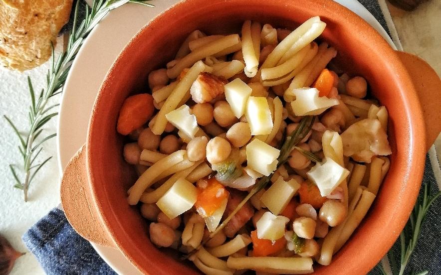 Caserecce con zuppa di ceci, castagne e provolone