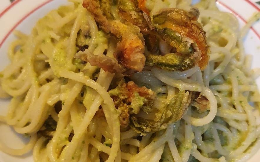 Spaghetti con fiori di zucca croccanti