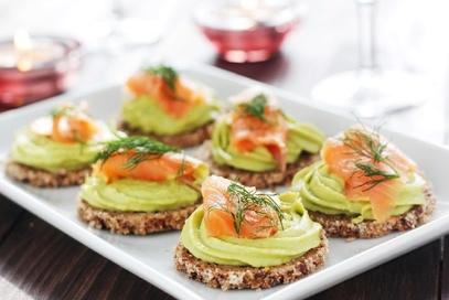 Tartine con salmone e crema di avocado