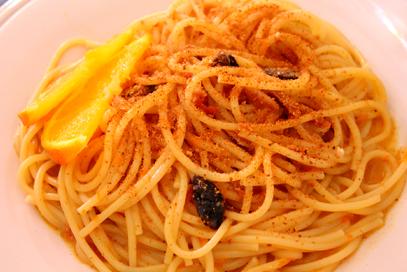 Pasta all'arancia, acciughe, olive e mandorle
