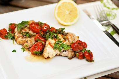 Pollo al forno con pomodorini e capperi