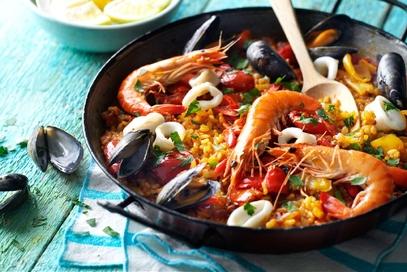 Paella con gamberi, cozze e calamari