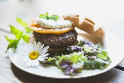 Hamburger di agnello con salsa tzatziki alla menta
