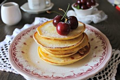 Pancake di ricotta con sciroppo d'acero e ciliegie