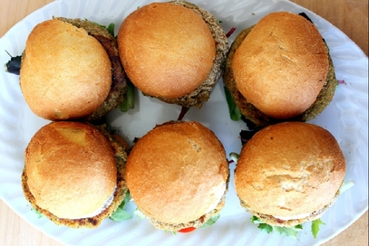 Veggie burger con riso integrale, avena e noci
