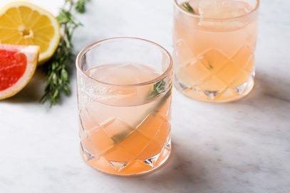 Cocktail al pompelmo rosso e rosmarino