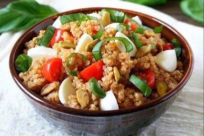 Insalata di quinoa con mozzarella e pomodorini