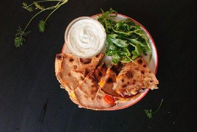 Quesadilla con pomodoro, olive e ceci